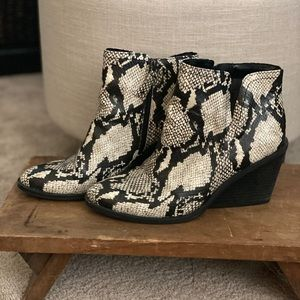 D Scholl snakeskin ankle boots 9.5